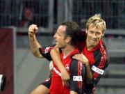 Früher Jubel: Reinhardt gratuliert dem Torschützen Schroth zum zweiten Saisontreffer.
