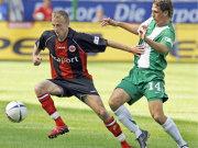 Der starke, aber glücklos agierende, Frankfurter Stürmer Thurk im Zweikampf mit Wolfsburgs Santana.