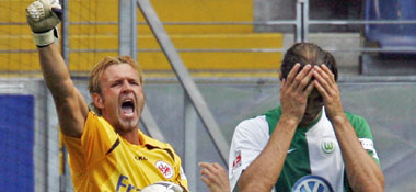 Freude bei Pröll nach pariertem Elfmeter gegen Wolfsburgs Klimowicz