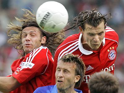 Demichelis und van Buyten überspringen Dabrowski.