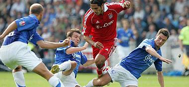 Bayerns Santa Cruz gegen drei Bochumer.