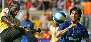 Dortmunds Brasilianer Tinga (hier gegen Wicky) bot erneut eine gute Leistung.