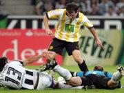 Gladbachs Zé Antonio und Keeper Keller verhindern gegen Dortmunds Frei