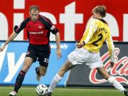 Nürnbergs Robert Vittek (li.) zieht an Martin Amedick vorbei, am Ende ist der BVB-Akteur aber gleichauf.