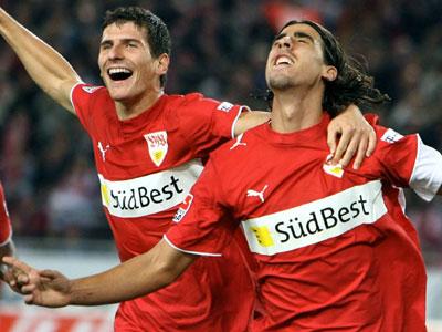 Mann des Tages: Khedira (re.) lässt sich von Gomez feiern.