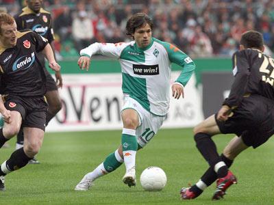 Werders Spielmacher Diego gegen zwei Cottbuser