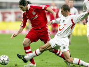Hannovers Zuraw (re. ) gegen Bayerns Pizarro.
