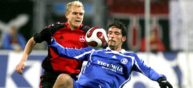Nürnbergs Wolf gegen Schalkes Kuranyi (re.)
