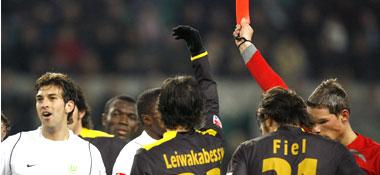 Schiedsrichter Kempter zeigt Quiroga Gelb-Rot.
