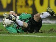 Gladbachs Torwart Keller liegt mit seinem Team am Boden