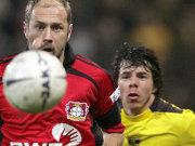 Bayers Barbarez hat den Ball im Blick und Aachens Leiwakabessy hinter sich gelassen