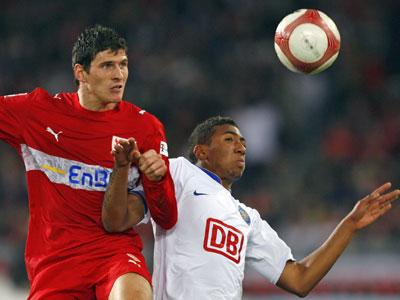Stuttgarts Stürmer Gomez (li.), hier im Zweikampf mit Herthas Jerome Boateng.