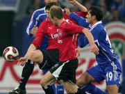 Bastian Reinhardt und David Jarolim lassen den Schalker Halil Altintop nicht an den Ball