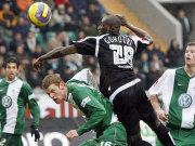 Gohouri setzt sich gegen zwei Wolfsburger durch.