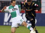 Miroslav Klose (li.) gegen Mimoun Azaouagh