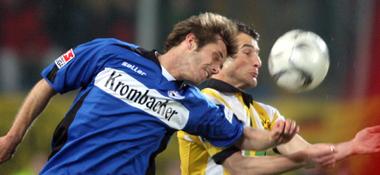 Bielefelds Korzynietz will vor Dortmunds Frei an den Ball.