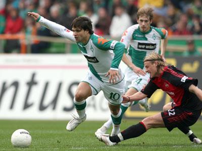 Bremens Diego (li.) gegen den Nürnberger Engelhardt