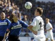 Bielefelds Rüdiger Kauf (li.) gegen Frankfurts Alexander Meier