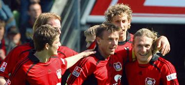 Bernd Schneider wird von seinem Mitspielern umjubelt.