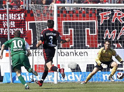 Krzynowek erzielt das Führungstor für Wolfsburg.