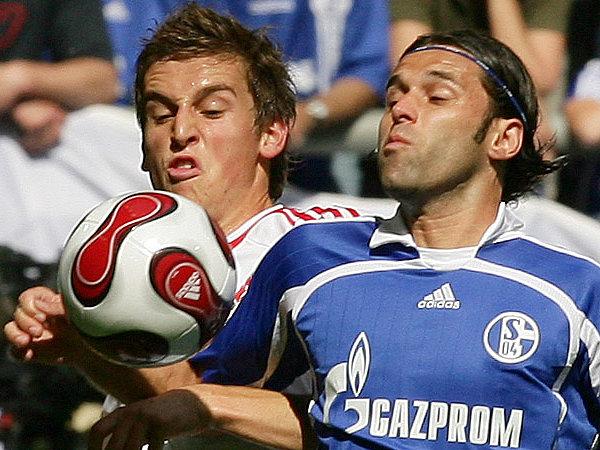 Eng bewacht: Spiranovic war stets in der Nähe von Schalkes Spielmacher Lincoln.