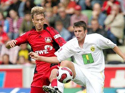Leverkusens Rolfes (li.) stört Dortmunds Kruska bei der Ballannahme.
