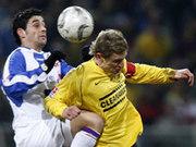Kampfbetontes Ost-Derby: Dynamos Kapitän Beuchel gegen Rostocks Cetkovic.