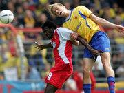 Cottbus-Neuzugang Kioyo (hier gegen Amedick) schaffte noch die Wende gegen Braunschweig.