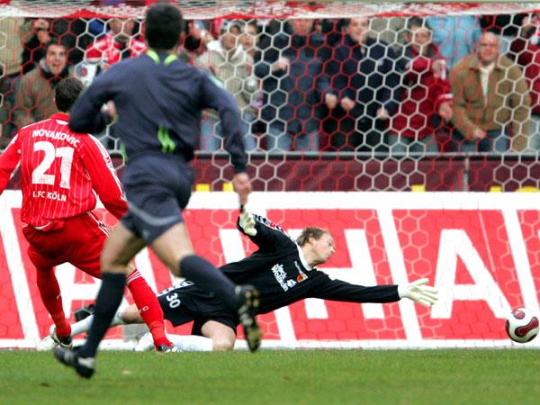 Kölns Novakovic trifft gegen Augsburgs Torhüter Neuhaus zum 1:0.