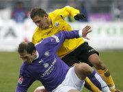 Aues Tomasz Kos bewährt sich im Zweikampf mit Rostocks Marcel Schied (re.).