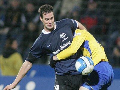 Maierhofer (li.) gegen Eintracht-Abwehrmann Horacek.