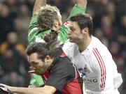 Frankfurts Keeper Pröll kämpft mit Kyrgiakos gegen Kölns Alpay.