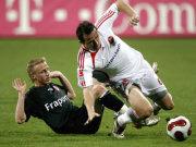 Nürnbergs Galasek ist schneller am Ball als Frankfurts Thurk