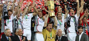 Überglücklich: Kapitän Schäfer vor seinem Team nach der Pokalübergabe.