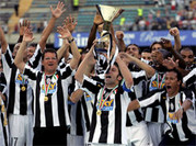 Ehre, wem Ehre gebührt: Juventus, hier Del Piero mit der Meisterschaftstrophäe und Trainer Fabio Capello, feiern den 28. Scudetto. Zum Abschluss gab es ein 4:2 gegen Cagliari.