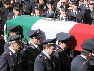 Italienische Polizisten tragen den Sarg des am Samstag getöteten Filippo Raciti.