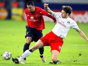 Bastian Reinhardt klärt gegen Daniel Carvalho.