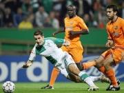 Werders Goalgetter Klose gegen Thuram (mi.) und Oleguer