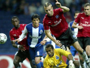 HSV-Angreifer Ljuboja gegen Porto-Keeper Helton.