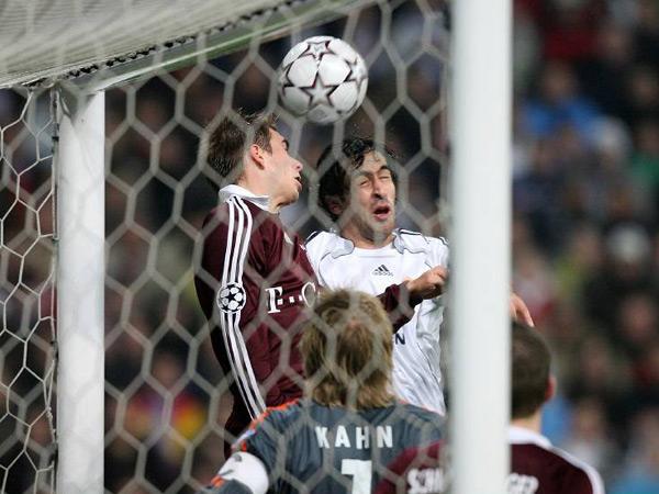 Augen zu und durch: Raul setzt sich gegen Lahm durch und erzielt das 2:1 für Real Madrid.