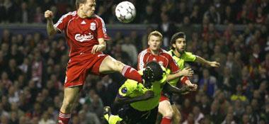 Thuram köpft den Ball im Hechtsprung vor Bellamy weg