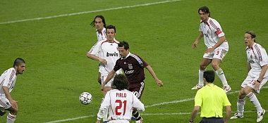 Umzingelt: Salihamidzic versucht, gegen sechs Milan-Spieler den Ball zu behaupten.