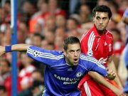 Joe Cole (li.) sorgte für den einzigen Treffer an der Stamford Bridge. Arbeloa kam einen Schritt zu spät.