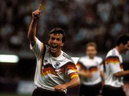 WM 1990 - Er�ffnungsspiel: Lothar Matth�us l�sst es gegen Jugoslawien gleich zwei Mal klingeln. Was f�r ein Weckruf f�r das DFB-Team!