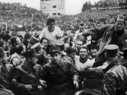 Fritz Walter und Sepp Herberger werden nach dem Sieg in Bern auf Schultern getragen.