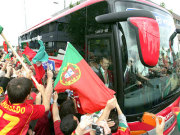 Begeisterung: Portugiesische fans belagern den Mannschaftsbus am Flughafen Münster/Osnabrück.