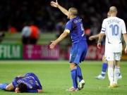 Nach der Tat: Zidane geht, nachdem er mit einem Kopfstoß Materazzi zu Fall gebracht hatte.