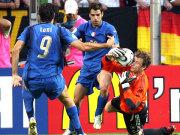 Lehmann rettet gegen Perrotta und Toni