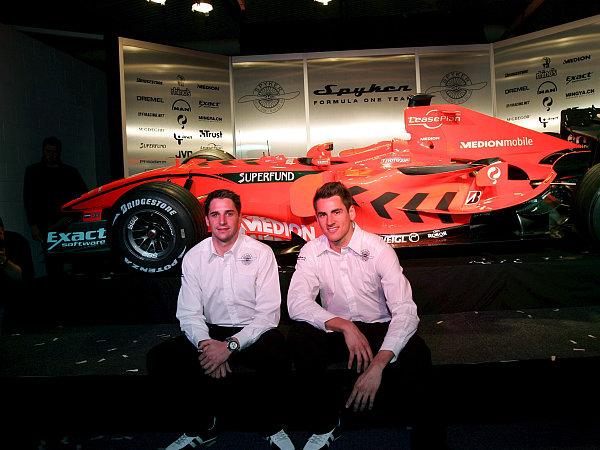 """Die Spyker-Fahrer Chritsijan Albers und Adrian Sutil vor dem neuen """"Spyker-Ferrari F8-VII""""."""