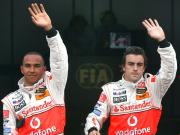 Zu früh gefreut? Fernando Alonso (re.) und Lewis Hamilton jubeln nach dem Doppelsieg.